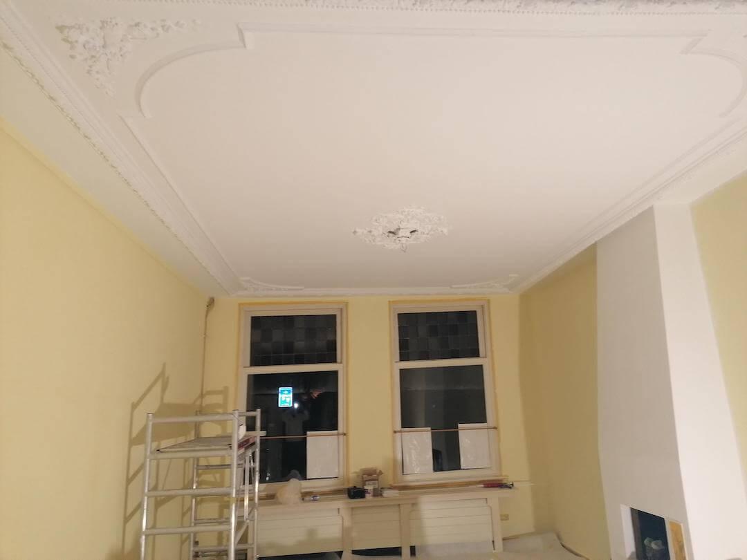 Plafond na restaureren stucwerk